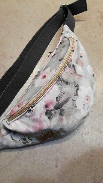 Pojemna nerka saszetka z trzema kieszeniami z tkaniny z motywem kwiatowym